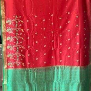 Sari saree czerwone z zielenia haftowane