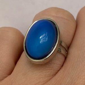 Pierscionek srebrny z niebieskim oczkiem