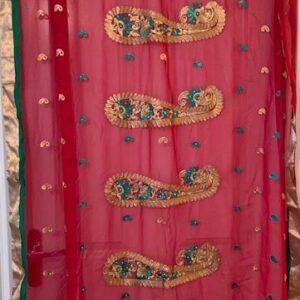 Sari czerwone ozdobione zlotem i zielenia 091