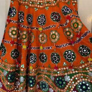 Spodnica bogato ozdobiona pompony (223)