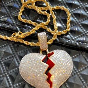 Naszyjnik z zawieszka pęknięte serce zloty cyrkonie (A036)