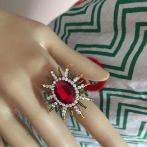 Pierscionek z czerwonym krysztalkiem cyrkonie